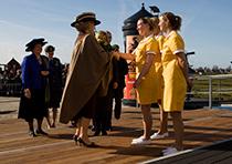 Meisjes van Verkade ontmoeten de koningin